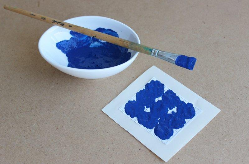applicare la pasta per graffi sull'adesivo trasparente della carta